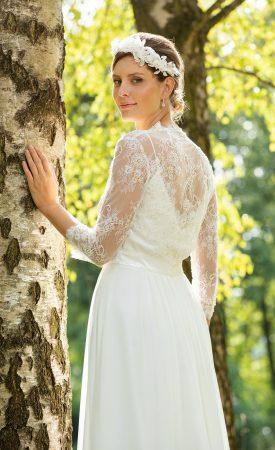 Brautkleid mit Jäckchen mit Spaghettiträgern und Perlenspitze
