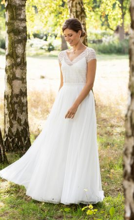 Brautkleid mit V-Ausschnitt und grafischer Streifenspitze