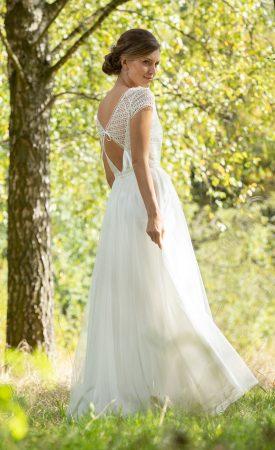 Brautkleid mit grafischer Streifenspitze tiefer Rückenausschnitt