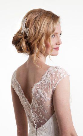 Brautkleid mit spitzenbedecktem Rückenausschnitt