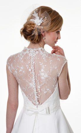 Brautkleid klassisch, tiefer Rückenausschnitt mit Spitze und Knöpfen
