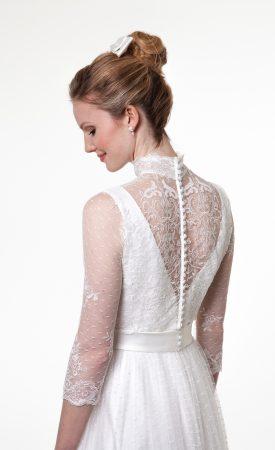 Brautkleid mit Spitzenjäckchen mit Stehkragen, hinten geschlossen
