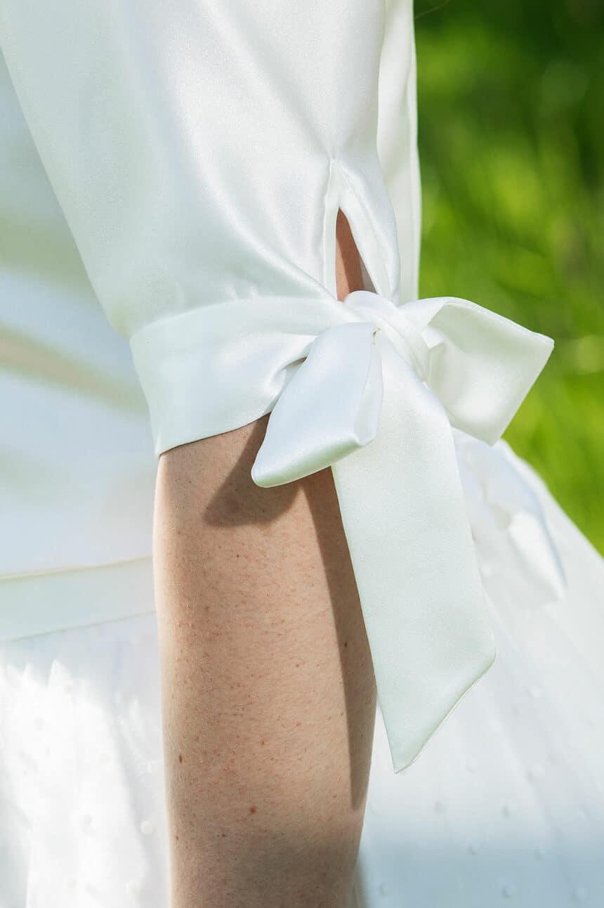 kurzes Brautkleid mit Pünktchen