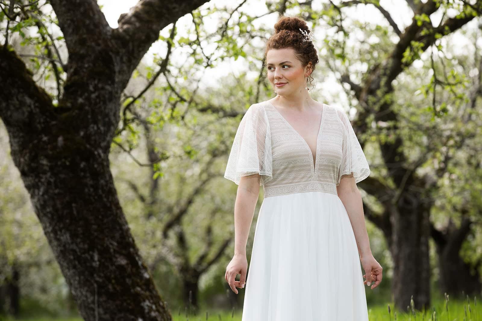 kurzes Brautkleid mit Flügelärmeln