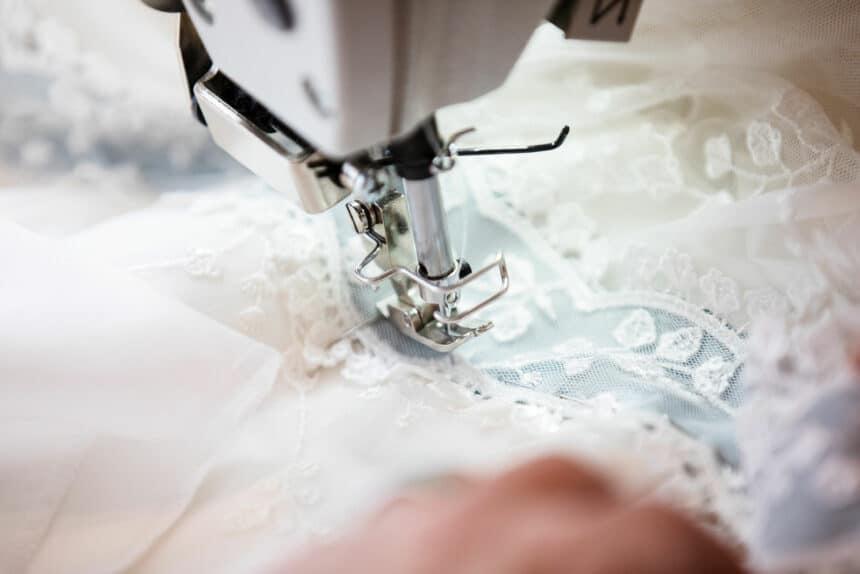 Handarbeit am Brautkleid